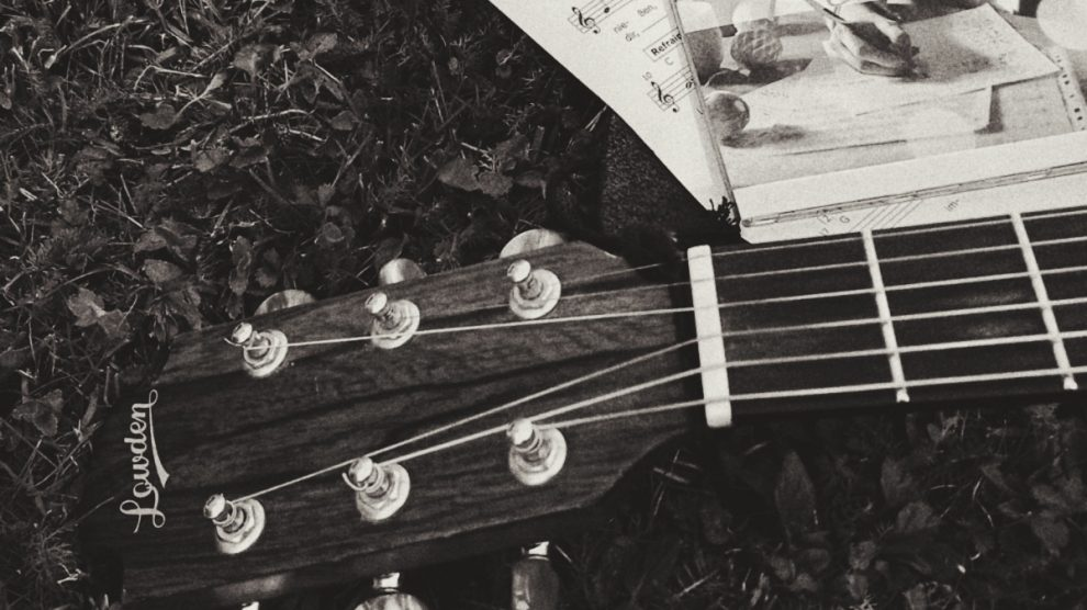 """Gitarre mit CD """"Retterherz"""" im Gras"""