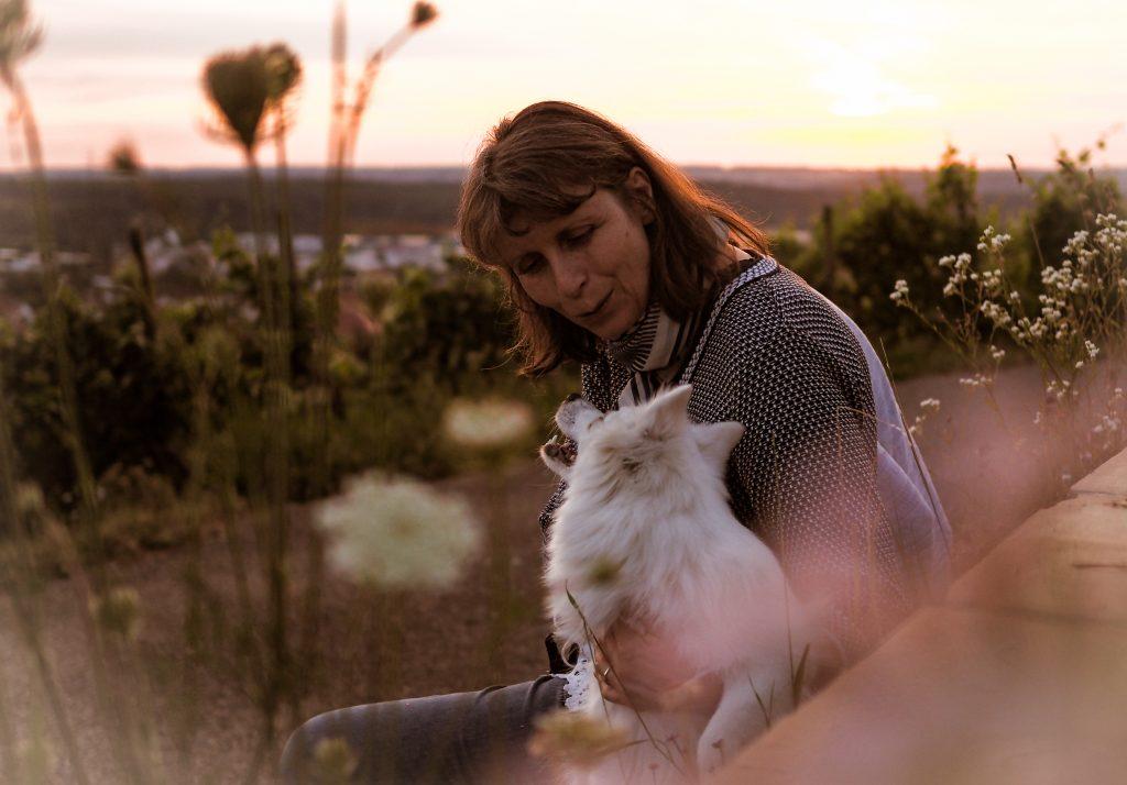 Songwriterin Dorothe Wilmanns mit Hund in der Natur