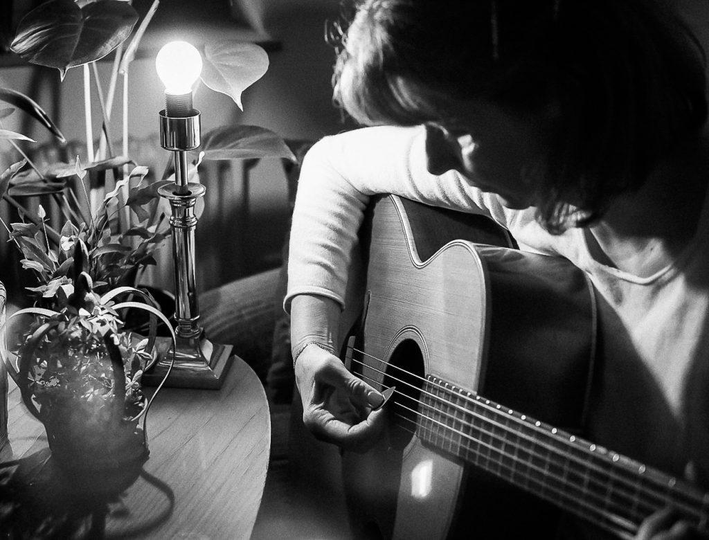 songwriterin dorothe wilmanns beim Gitarre spielen