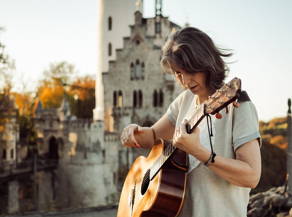 Dorothe Wilmanns mit Gitarre
